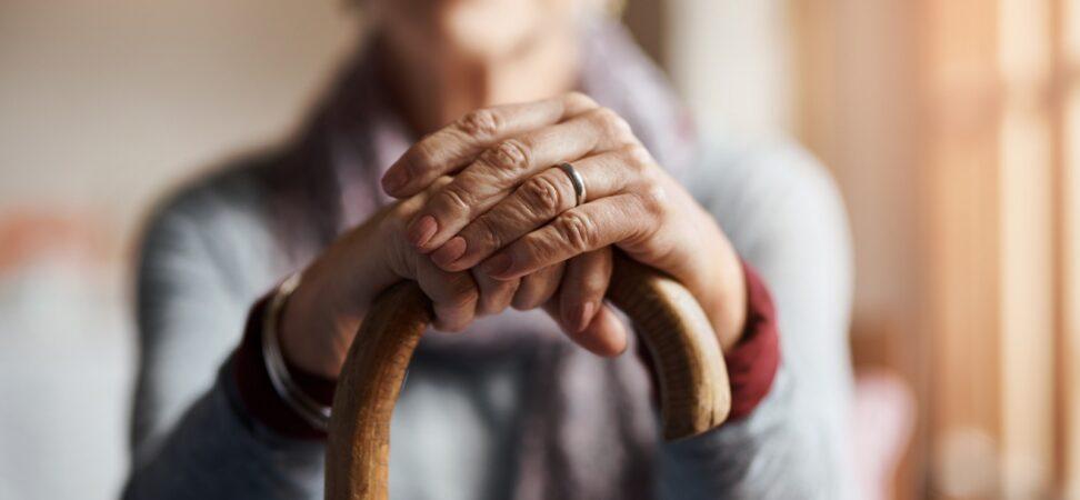 starsza pani z laską